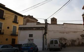 Trasera del convento con un transformador eléctrico anexo (MR)