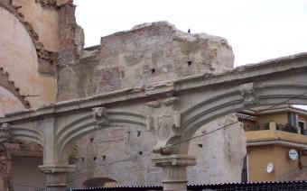 Muralla de la medina entre las casas de la plaza (JmGM)