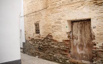 Detalle de la fachada con las reparaciones (MR)
