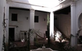 Patio con columnas de piedra (JmGM)