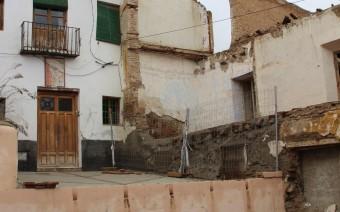 Fachada principal y casa derribada en la calle Ibáñez (PE)