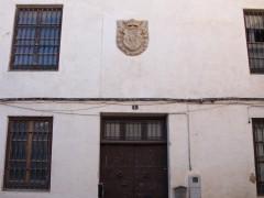 Entrada principal y escudo (MR)