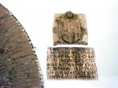 Inscripción y escudo de la puerta (JmGM)