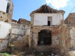 Zona derribada con uno de los sótanos afectados y el patio trasero perdido (MR)
