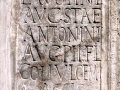 Copia de inscripción romana embutida en la fachada (JmGM)