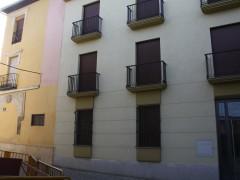 Fachada del edificio y portada antigua colindante (MR)