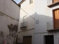 Inicio de la calle y parte de la fachada (MR)