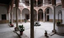 Vista del patio con las arcadas originales a la izquierda (JmGM)